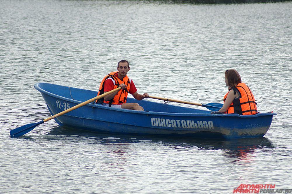 На воде за горожанами наблюдают спасатели.