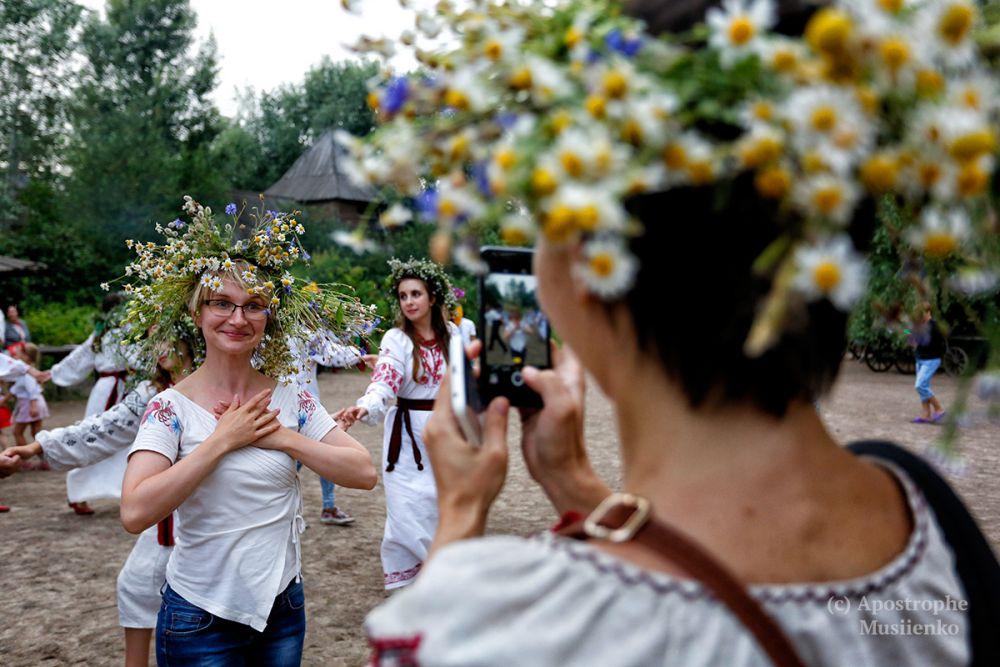 Женщины обожают плести венки из полевых цветов, особенно когда есть такой повод