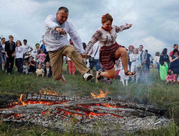 Больше всего, наверное, люди во время празднования Ивана Купала любят прыгать через костер