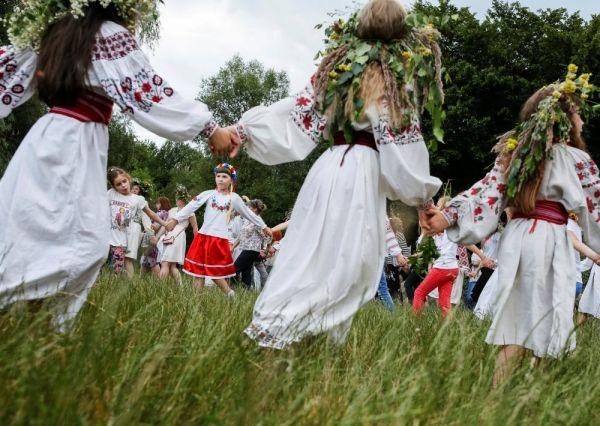 В Киеве, как и везде, традиционно на гуляниях водили хороводы
