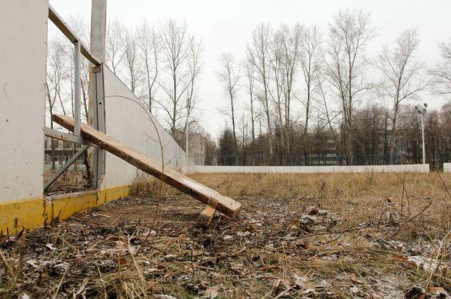 Власти Озерского района обязали оградить разрушающееся здание бывшей школы.