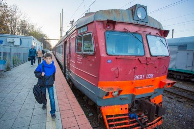 Перебегать дорогу поезду - опасно для жизни