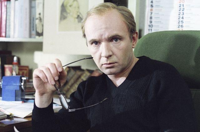 После окончания ВУЗа Мягков стал работать инженером, но сцена тянула и манила молодого ученого.