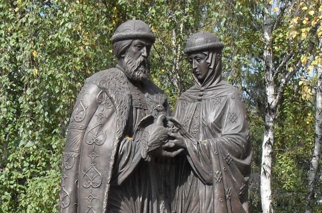 Памятников Петру и Февронии в России несколько десятков.