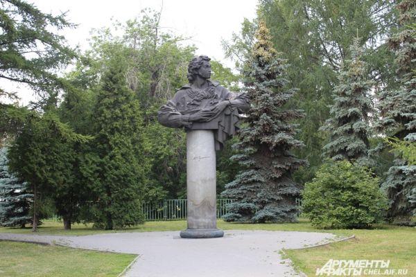 В городском саду им. А.С. Пушкина можно покормить голубей, прокатиться на лошади, а для детей работает специальный городок «У Лукоморья».