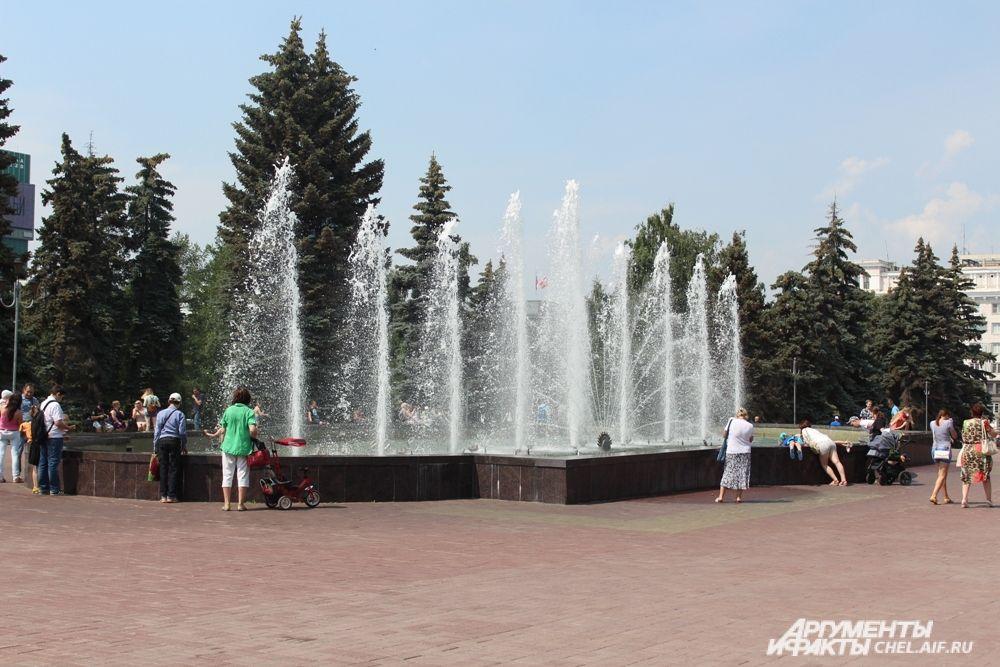 Поющий фонтан на площади Революции работает с 2014 года, и уже полюбился челябинцам.