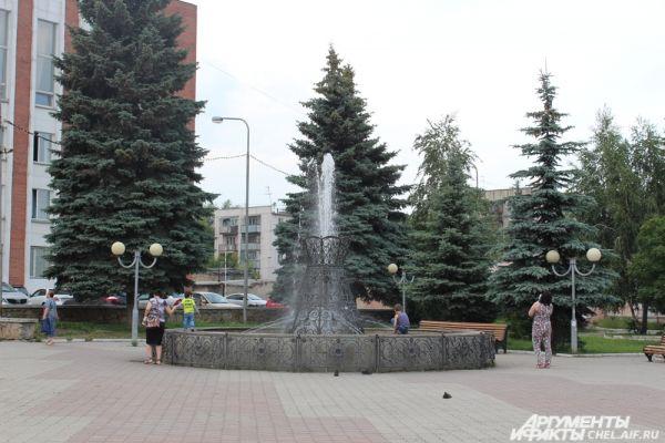 В жаркую погоду фонтан в сквере возле Кукольного театра притягивает жителей Челябинска.