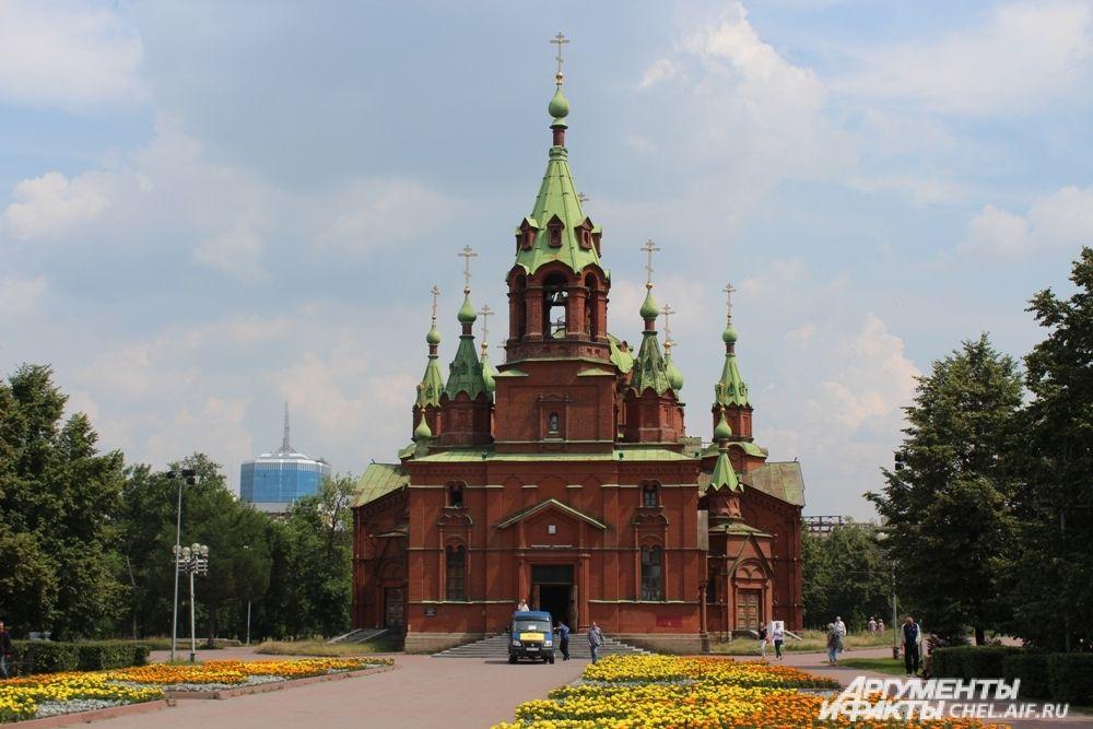 Александровский сквер на Алом поле притягивает взгляды не только горожан, но и туристов, ведь в центре сквера расположен храм святого Александра Невского.