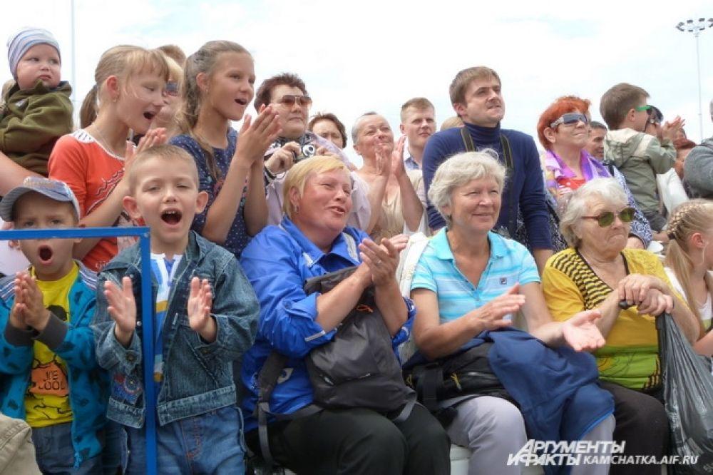 Сотни горожан пришли насладиться шоу.