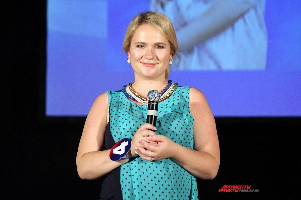 Участница под номером 4 Екатерина Котельникова рассказывает о себе в конкурсе «визитная карточка».
