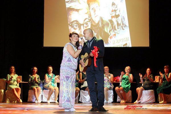Участница под номером 10 Любовь Калинина месте с мужем исполнила песню из известного кинофильма.