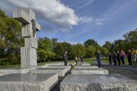 Украинская делегация возле памятника жертвам Волынской трагедии 1943 года