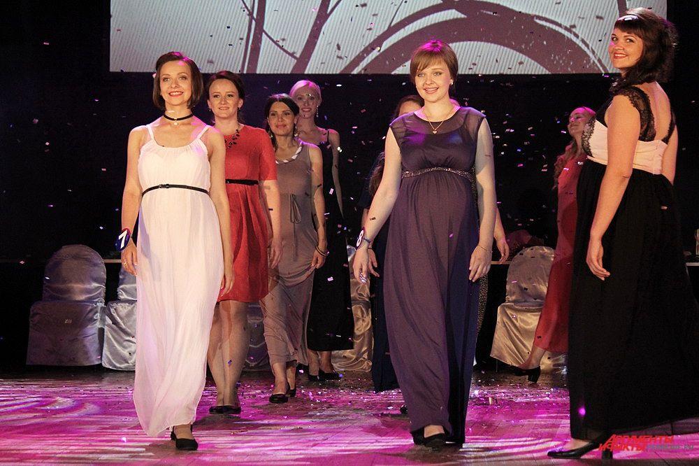 Будущие мамы во время показа вечерних платьев.