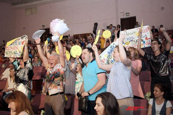 На протяжении всего вечера в зале не умолкали группы поддержки участниц конкурса.