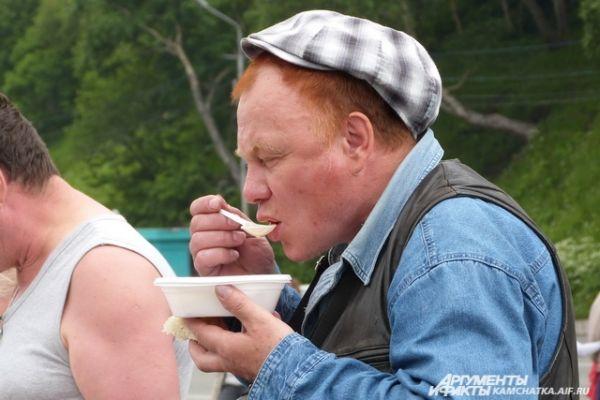 В этом году традиционное блюдо приготовили из двух видов рыбы - лосося и синекорого палтуса.