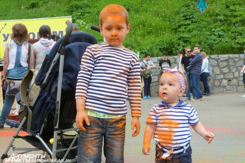 Под живую музыку ребята кидались разноцветными красками.