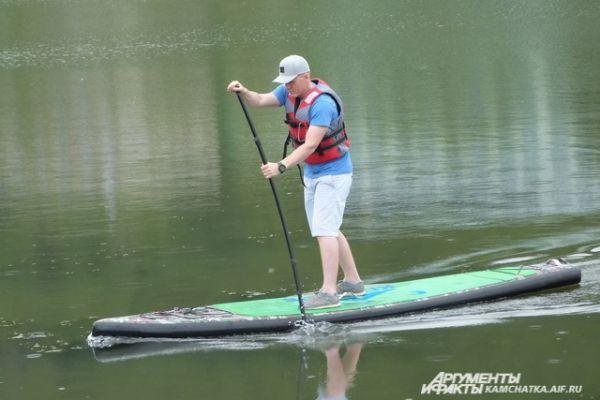 Популярный вид водных развлечений - сап-сёрфинг.