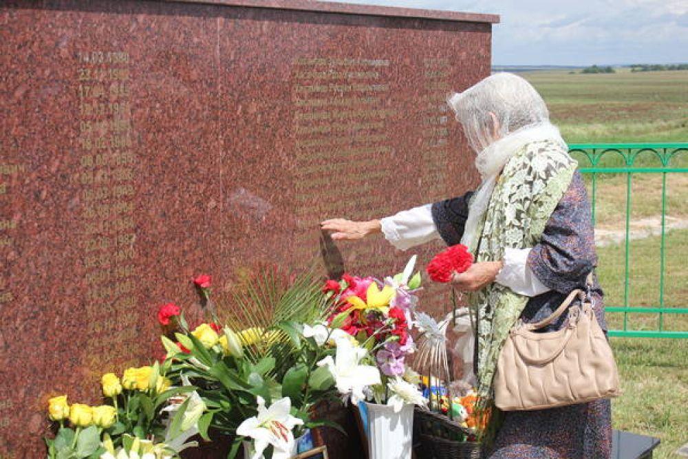 Памятная стела в честь погибших.