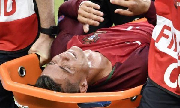 На 23-й минуте матча врачи унесли его на носилках