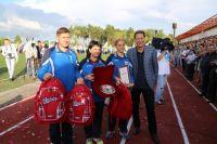 Александр Жуков подарил памятные подарки участникам.