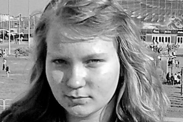 У пропавшей девочки короткие волосы, голубые глаза и тонкие губы.