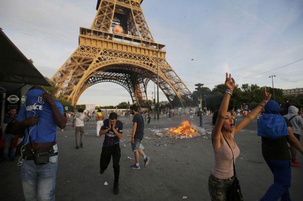 Французские болельщики во время беспорядков.