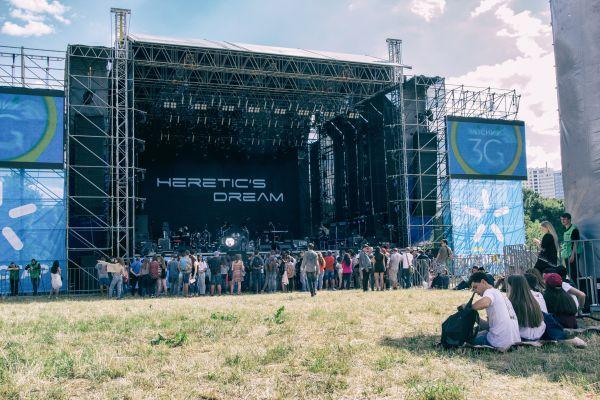 Так выглядела главная сцена фестиваля. Люди долго ждали начала выступления так, как их часто откладывали
