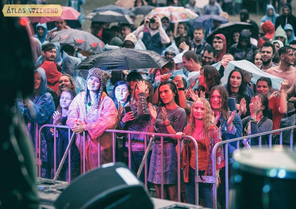 На второй день фестиваля пошел очень сильный дождь, но людей это не остановило