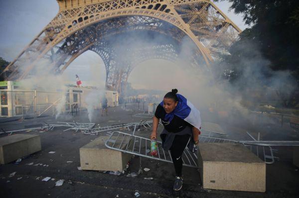 Около фан-зоны были сожжены несколько скутеров и автомобиль.