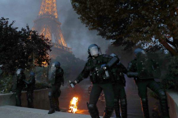 Хулиганы стали кидать в полицию стеклянные бутылки, пластиковые ограждения и петарды.
