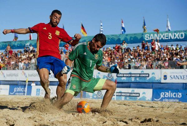 Украинский вратарь блокирует прессинг игрока сборной Испании