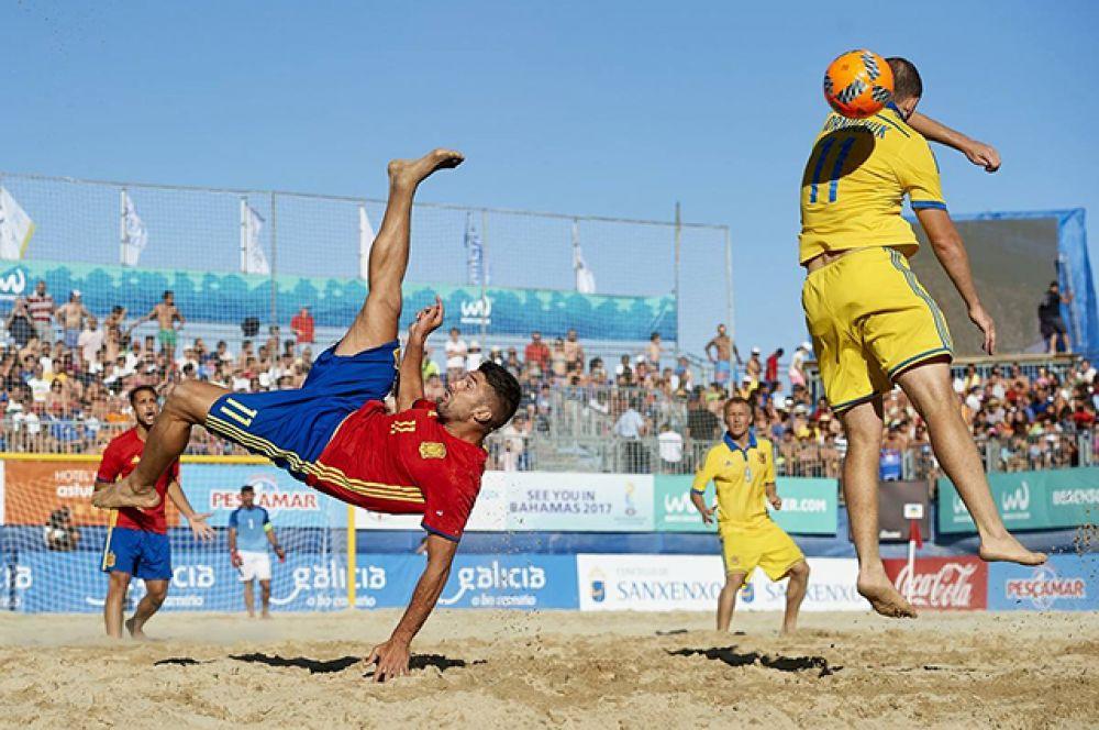 Удар через себя в пляжном футболе выполнить можно проще да и падать будет не так больно
