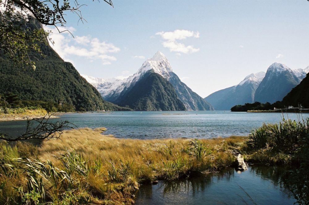 Милфорд-Саунд — фьорд в юго-западной части новозеландского острова Южный в пределах национального парка Фьордленд. Назван Редьярдом Киплингом «восьмым чудом света».