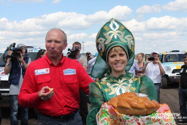 На Южном Урале экипажи встретили хлебом и солью.