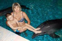 Для того чтобы работала голова и мышцы ребёнка, ему необходимо постоянно проходить реабилитацию. В том числе - дельфинотерапию.
