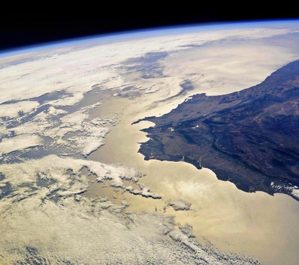 Южная оконечность Африки с высоты Международной космической станции. На фотографии виден Капский полуостров, на котором расположен мыс Доброй Надежды. Береговая линия Африканского континента здесь впервые поворачивает на восток, открывая проход из Атлантического океана в сторону Индийского.