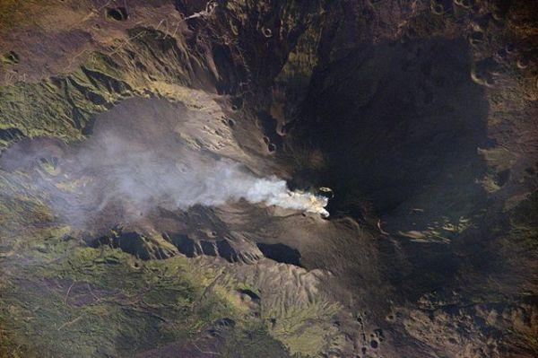 Самый высокий в Европе вулкан Этна (действующий стратовулкан, расположенный на восточном побережье Сицилии) с высоты Международной космической станции.