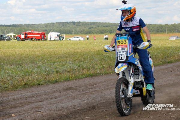 Некоторые участники двигались по бездорожью на мотоциклах.