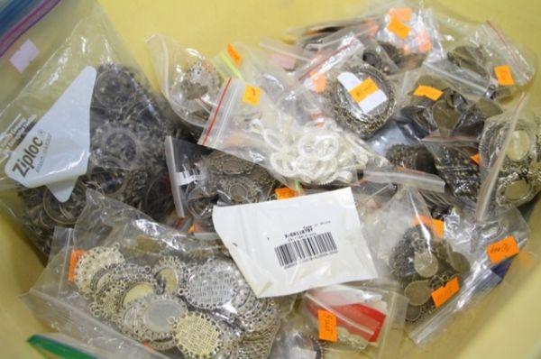 Иностранец также вёз часы, серьги, кольца, кулоны, цепочки, стразы и всевозможные заготовки для украшений – всего 480 наименований, общим количеством 13500 штук, весом 25 килограммов.