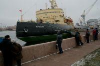 Советский ледокол, сумевший снять со льда разбившихся людей.