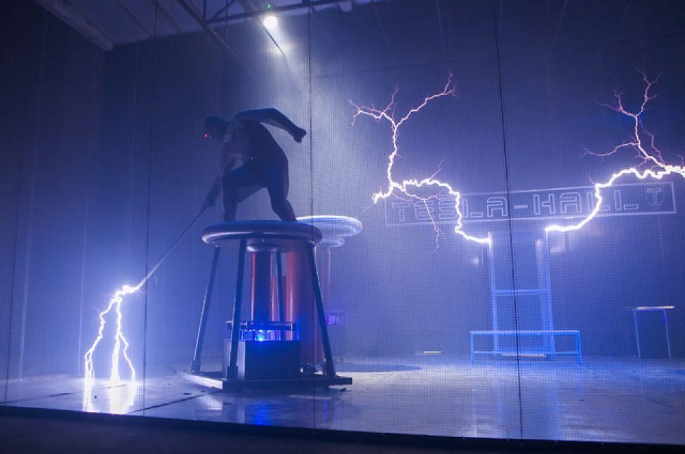 Впервые в мире на одной площадке были собраны более 20 катушек Тесла, которые производили гигантские молнии.