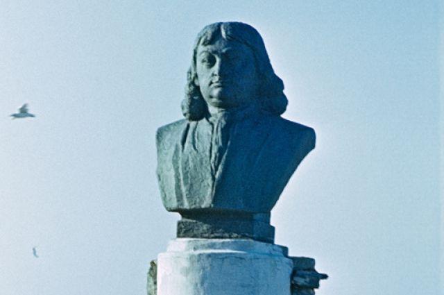 Памятник мореплавателю, офицеру русского флота Витусу Берингу в селе Никольское на Командорских островах.