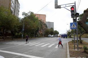Аккуратные переходы и говорящие светофоры делают дорогу безопаснее.