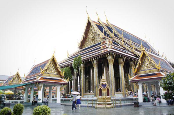 Большой дворец в Бангкоке служил резиденцией королей Таиланда начиная с XVIII века, но сейчас для проживания не используется: король  проживает во дворце Читралада. Действующий монарх: Пхумипон Адульядет (Рама IX).