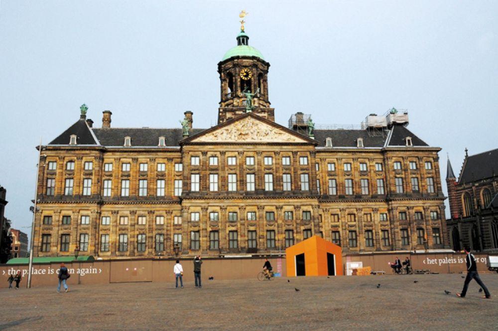 Королевский дворец в Амстердаме — один из трёх дворцов в Нидерландах, находящихся в распоряжении монарха. Действующий монарх: Виллем-Александр.