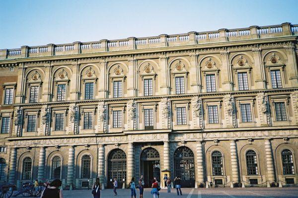 Стокгольмский королевский дворец — официальная резиденция шведских монархов на парадной набережной острова Стадхольмен в центре Стокгольма. Действующий монарх: Карл XVI Густав.