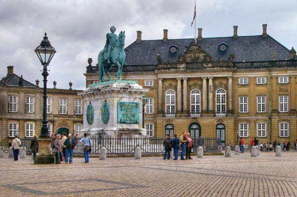 Королевский дворец Амалиенборг в Копенгагене является официальной резиденцией и местом проживания датской королевской семьи. Действующий монарх: Маргрете II.