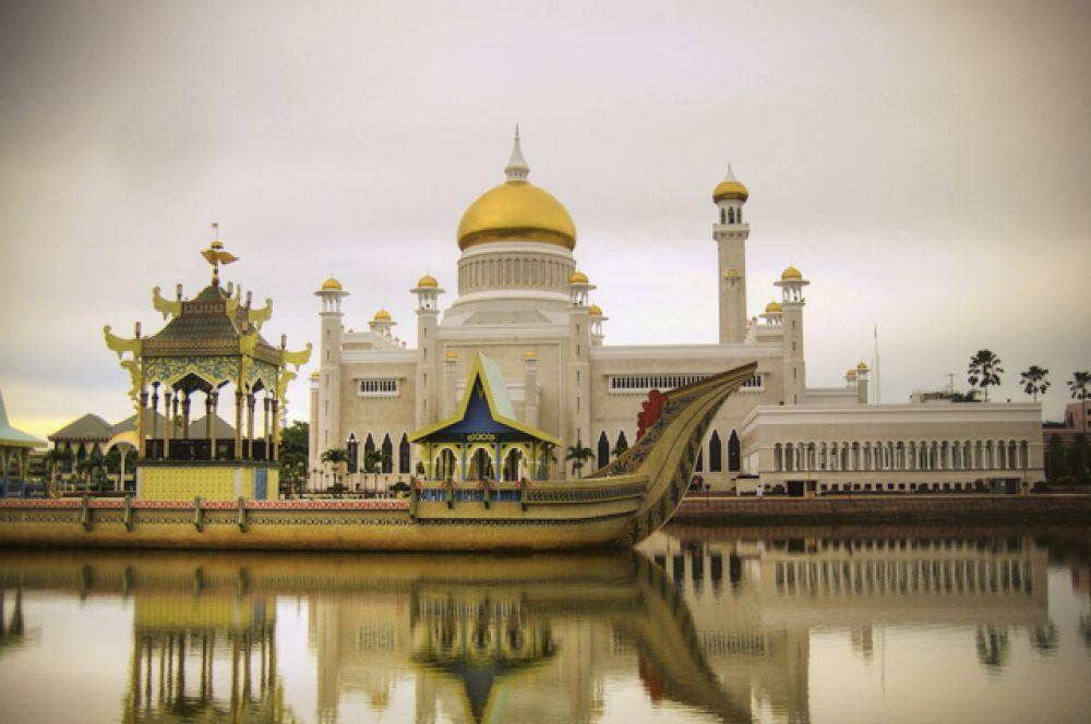 Дворец султана Брунея «Истана Нурул Иман» внесен в Книгу рекордов Гиннеса как крупнейшая в мире жилая резиденция главы государства. Действующий монарх: Хассанал Болкиах.