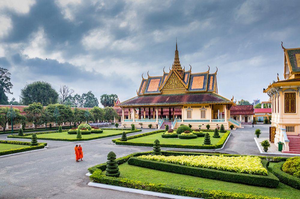 Королевский дворец в Пномпене — комплекс зданий в столице Камбоджи, резиденция королей Камбоджи, которые живут здесь с момента постройки дворца в 1860 годах, за исключения времени правления режима красных кхмеров. Действующий монарх: Нородом Сиамони.