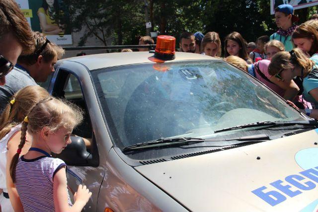 Автомобиль-беспилотник вызвал живой интерес у населения Нанограда.
